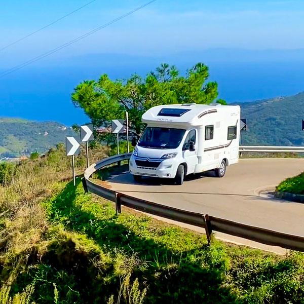 Vacaciones seguras en autocaravana curva
